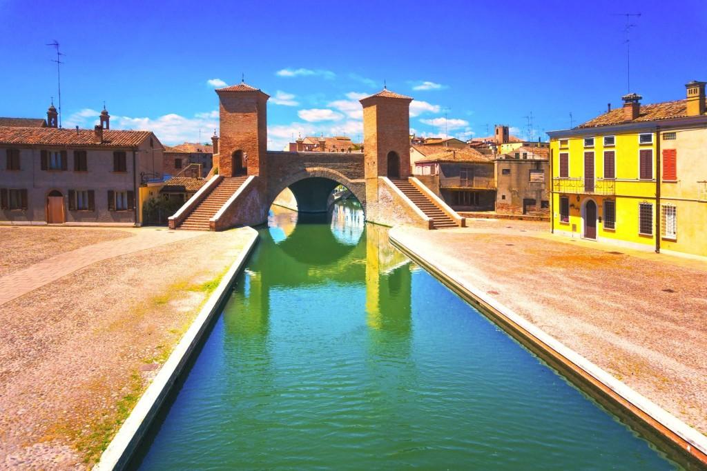 Most Tre Ponti v městečku Comacchio