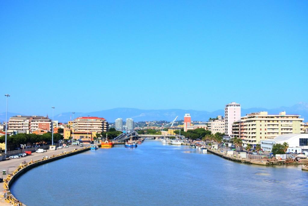 Řeka Pescara ve stejnojmenném městě