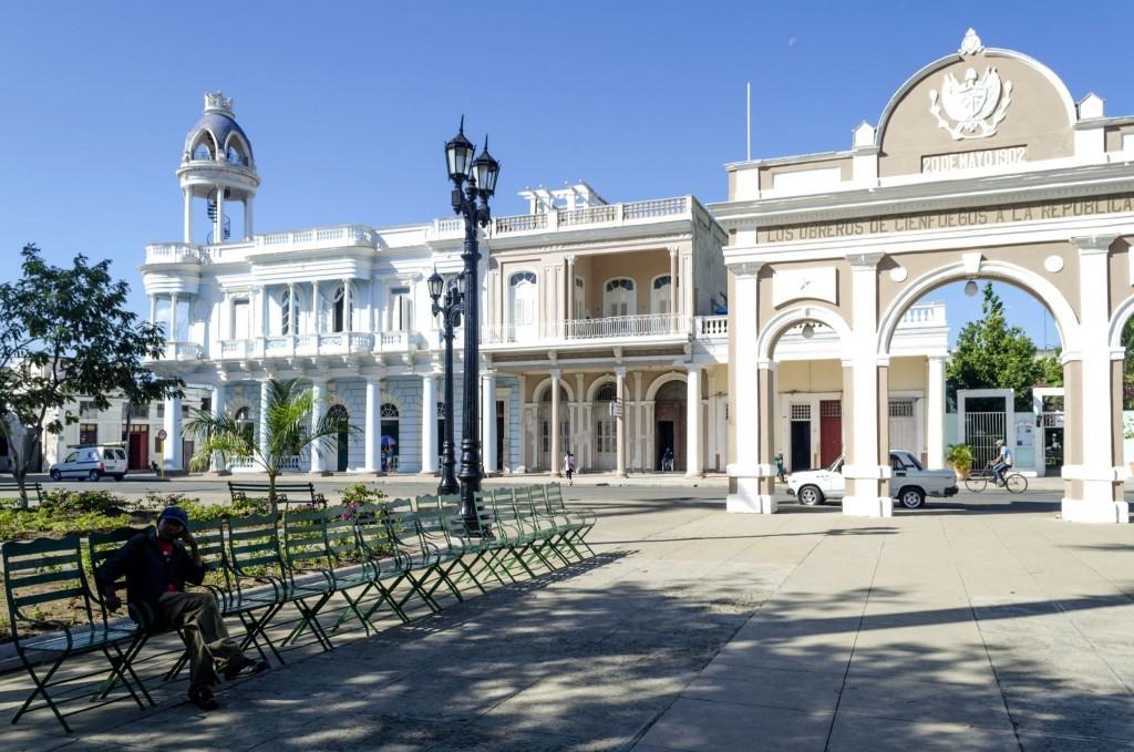 Náměstí Parque José Martí s Palacio Ferrer a Vítězným obloukem ve městě Cienfuegos