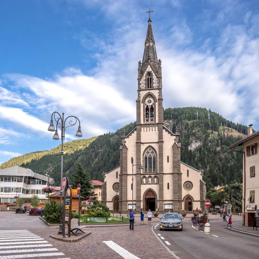 Neogotický kostel ve městečku Predazzo