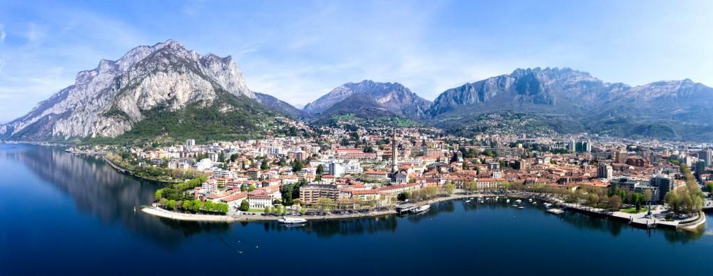 Pohled na město Lecco na břehu jezera Lago di Como