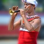 Hudebník v průvodu na Srí Lance