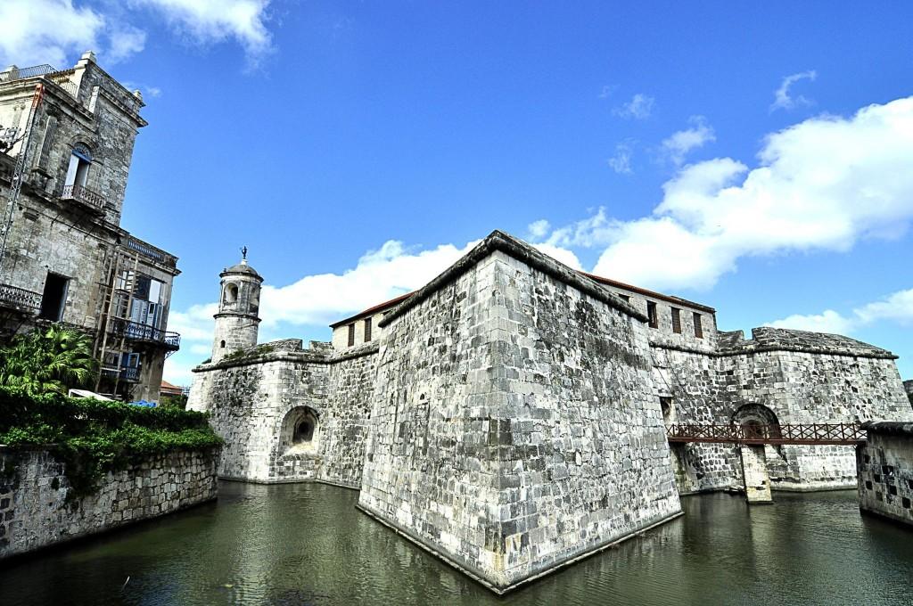 Hradby a vodní příkop hradu Castillo de la Real Fuerza