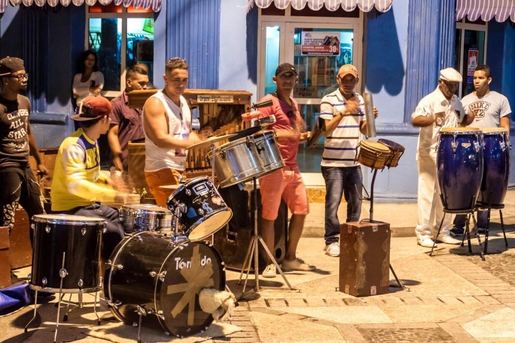 Pouliční kapela hraje kubánskou hymnu La Bayamesa ve městě Bayamo