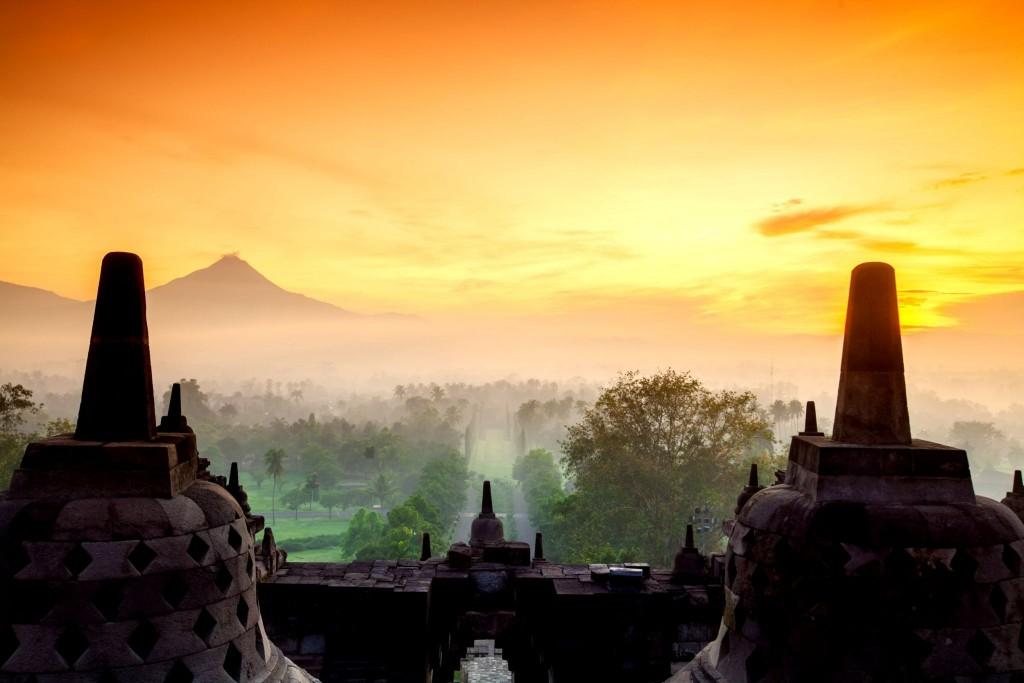 Chrám Borobudur je obklopen sopkami