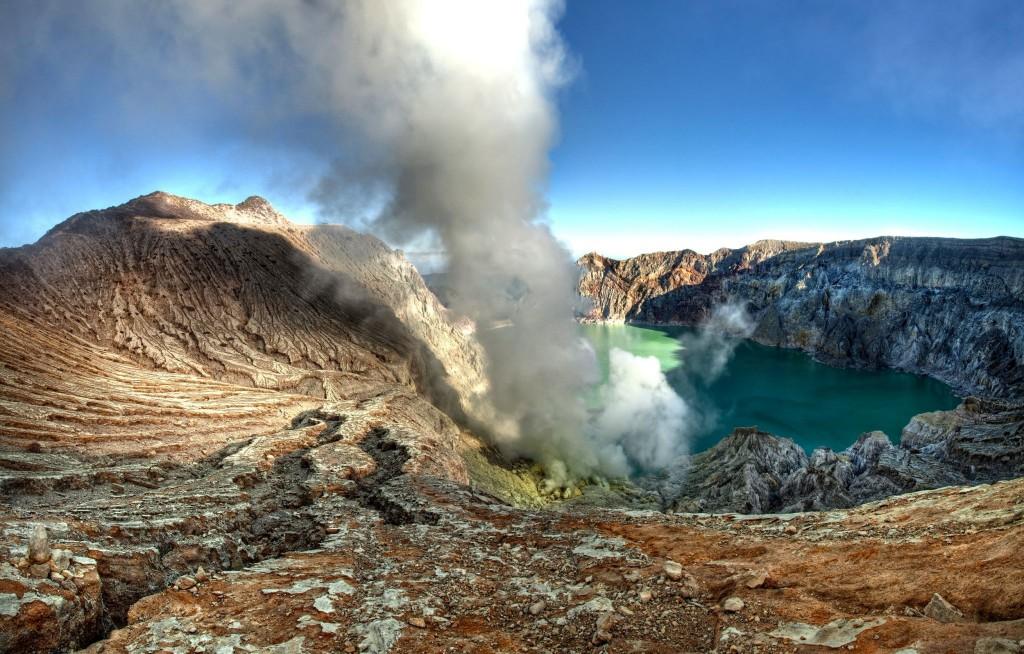 Kráter sopky Gunung Kawah Ijen se sirným jezerem