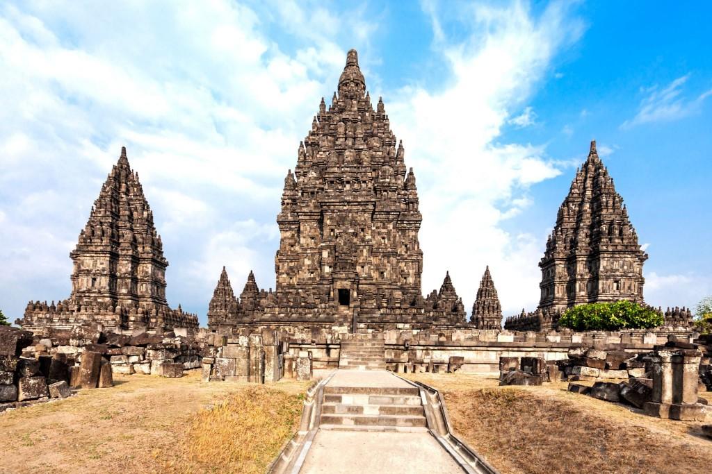 Shivův chrám (uprostřed) v komplexu Prambanan