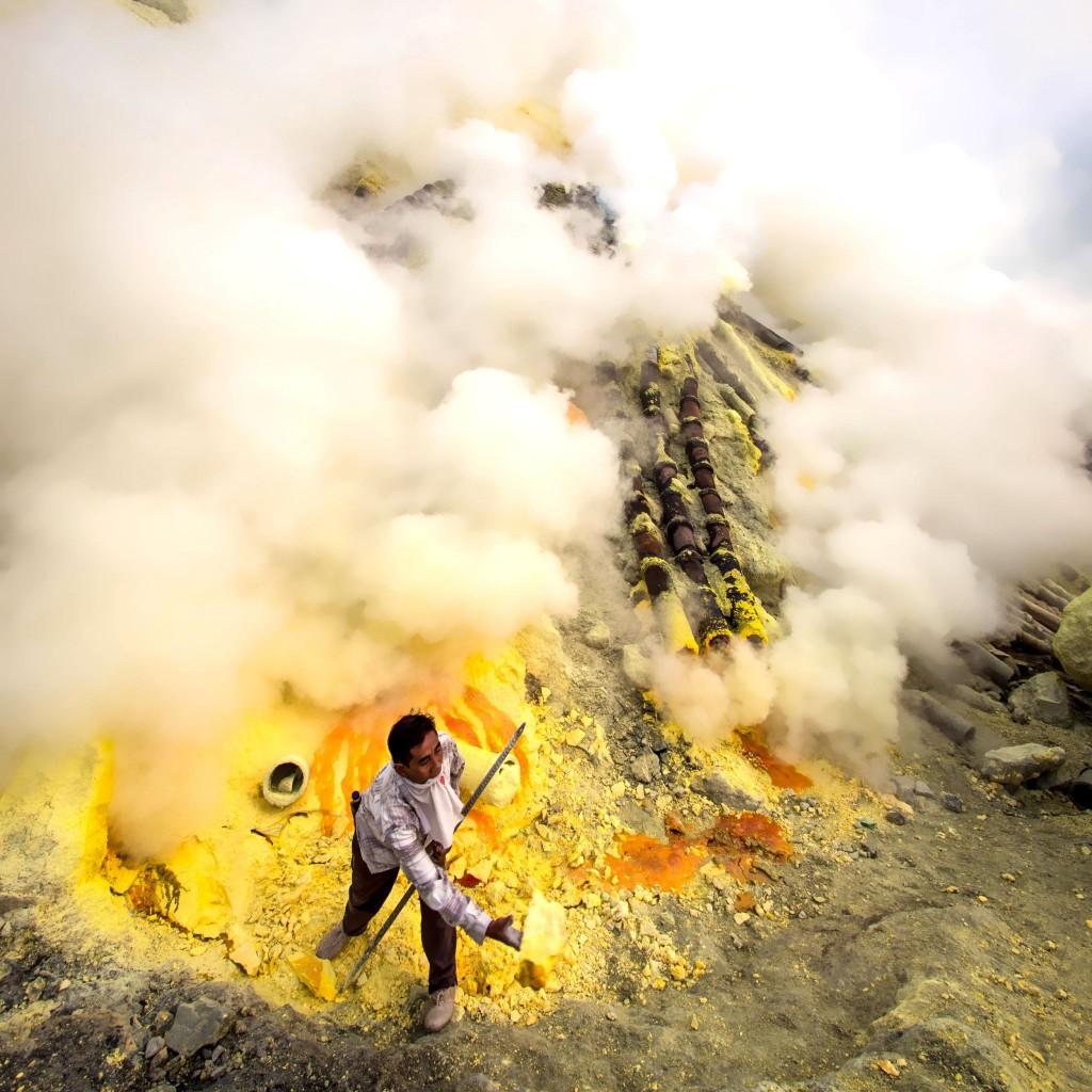 Těžba síry v kráteru Gunung Kawah Ijen