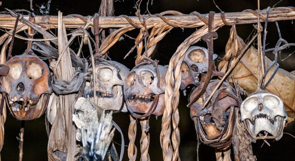 Zvířecí kosti - ozdoby Mentavajců na Mentavajských ostrovech