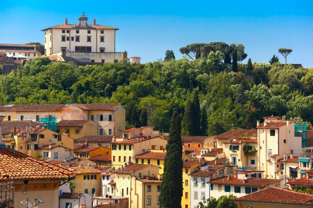 Forte di Belvedere ční nad okolními budovami
