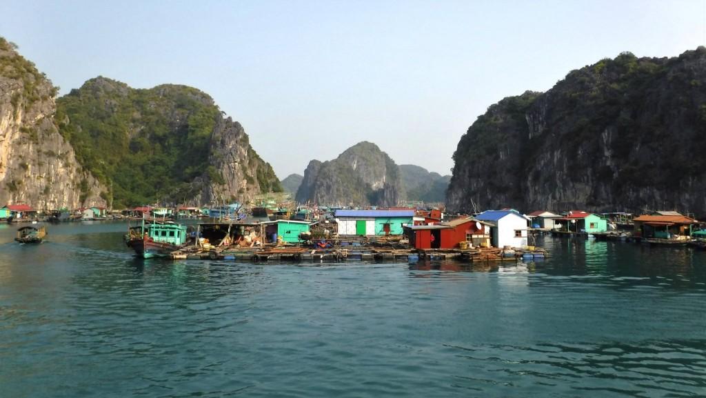 Plovoucí vesnice v Lan Ha Bay