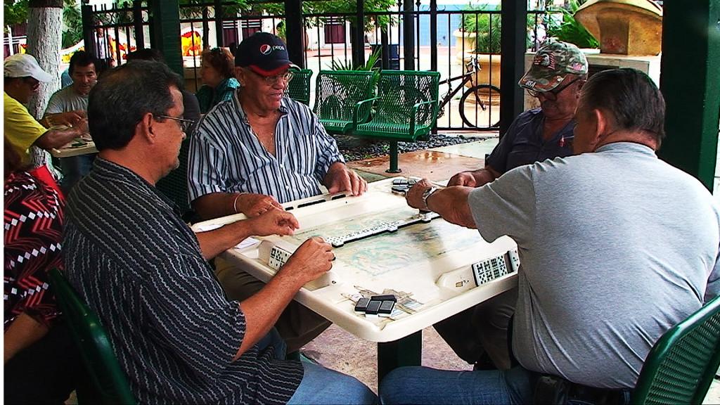 Hraje se na stolcích s mapou Kuby