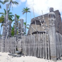 Tradiční havajské chrámy a sochy